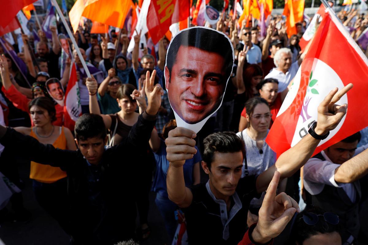 Turkse hof beveel dat die Koerdiese politikus in hegtenis geneem moet word