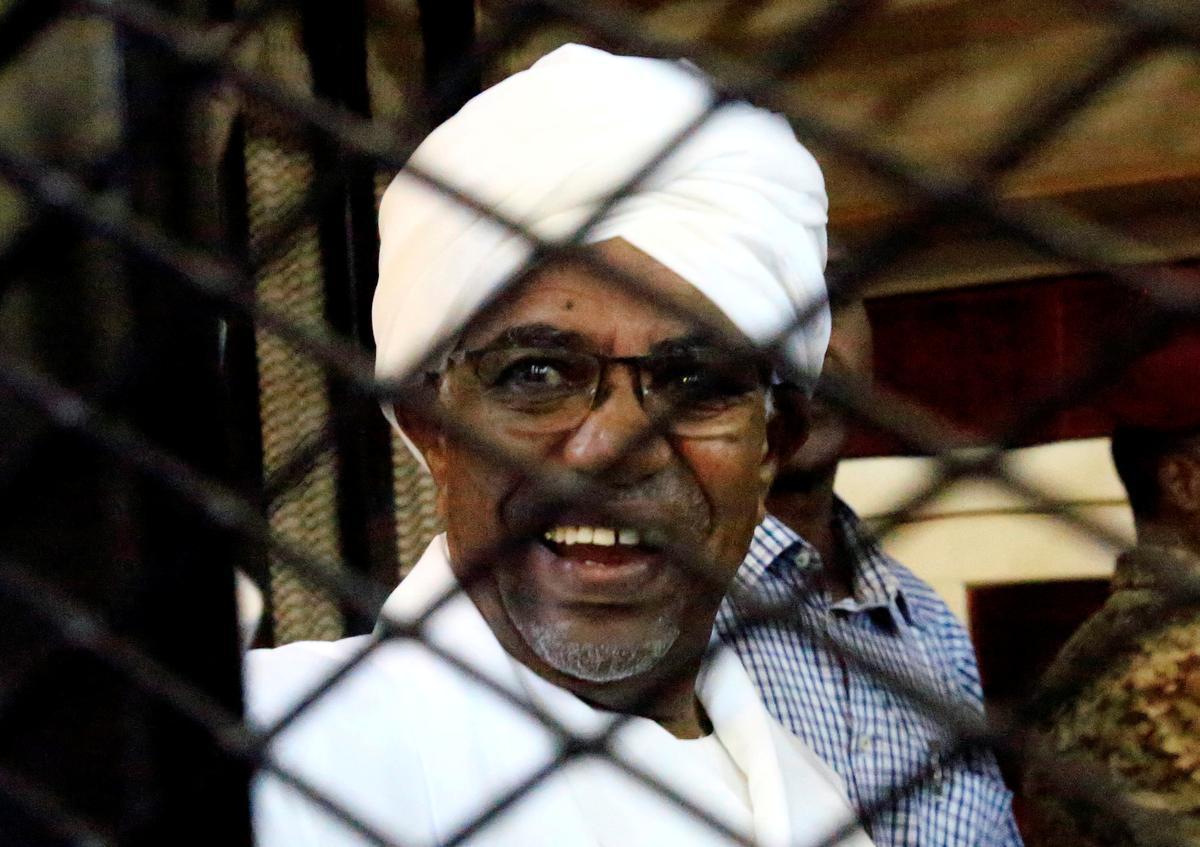 Daar is stapels kontant getoon tydens die verhoor van die leier, Bashir, in die Soedan
