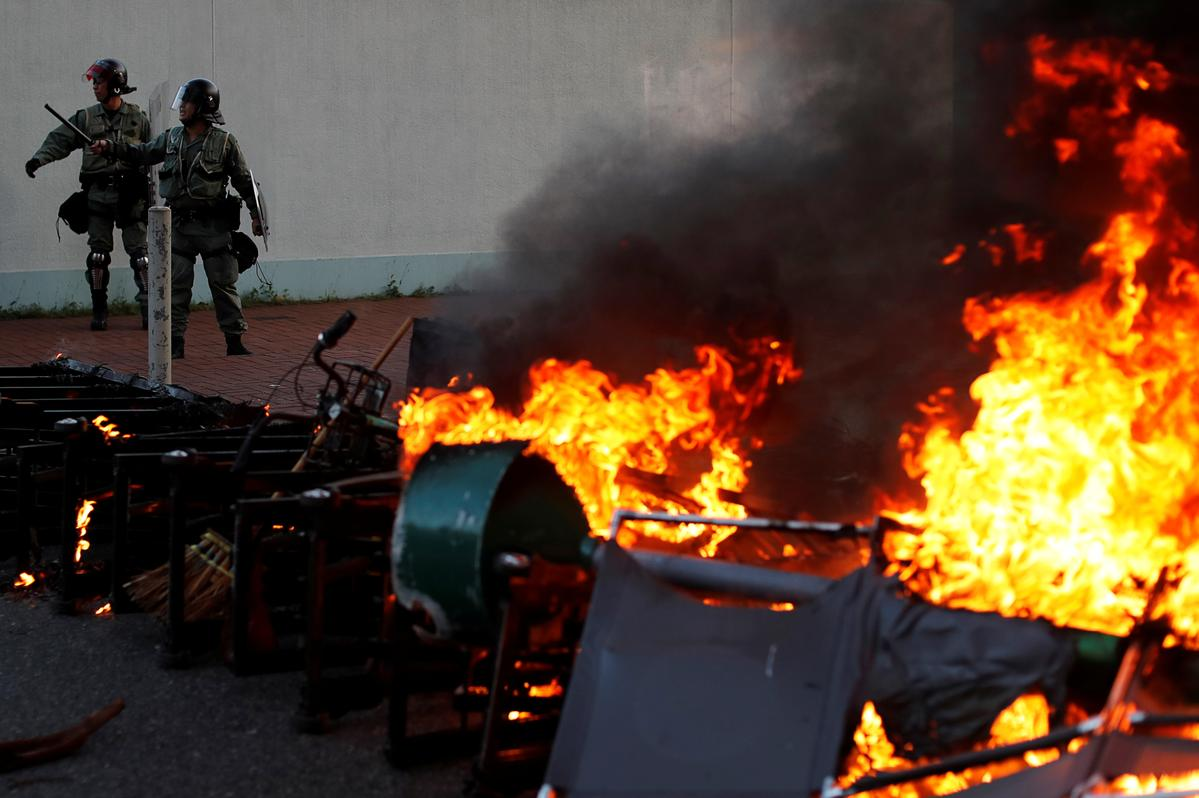 Die polisie in Hongkong skiet traangas na 'n stormwind in die winkelsentrum