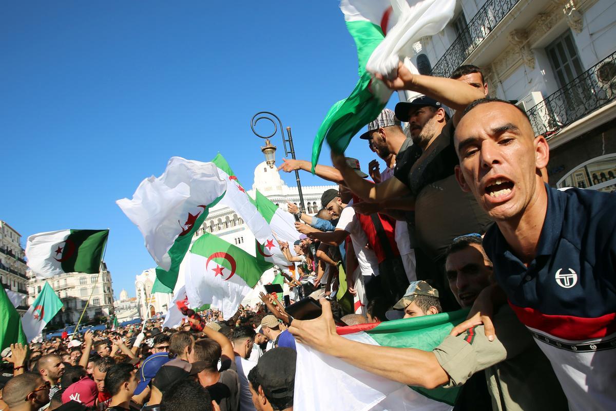 Algeriërs wat moeg is vir die heersende kadermars as oudpresidente om presidentskap aanbied