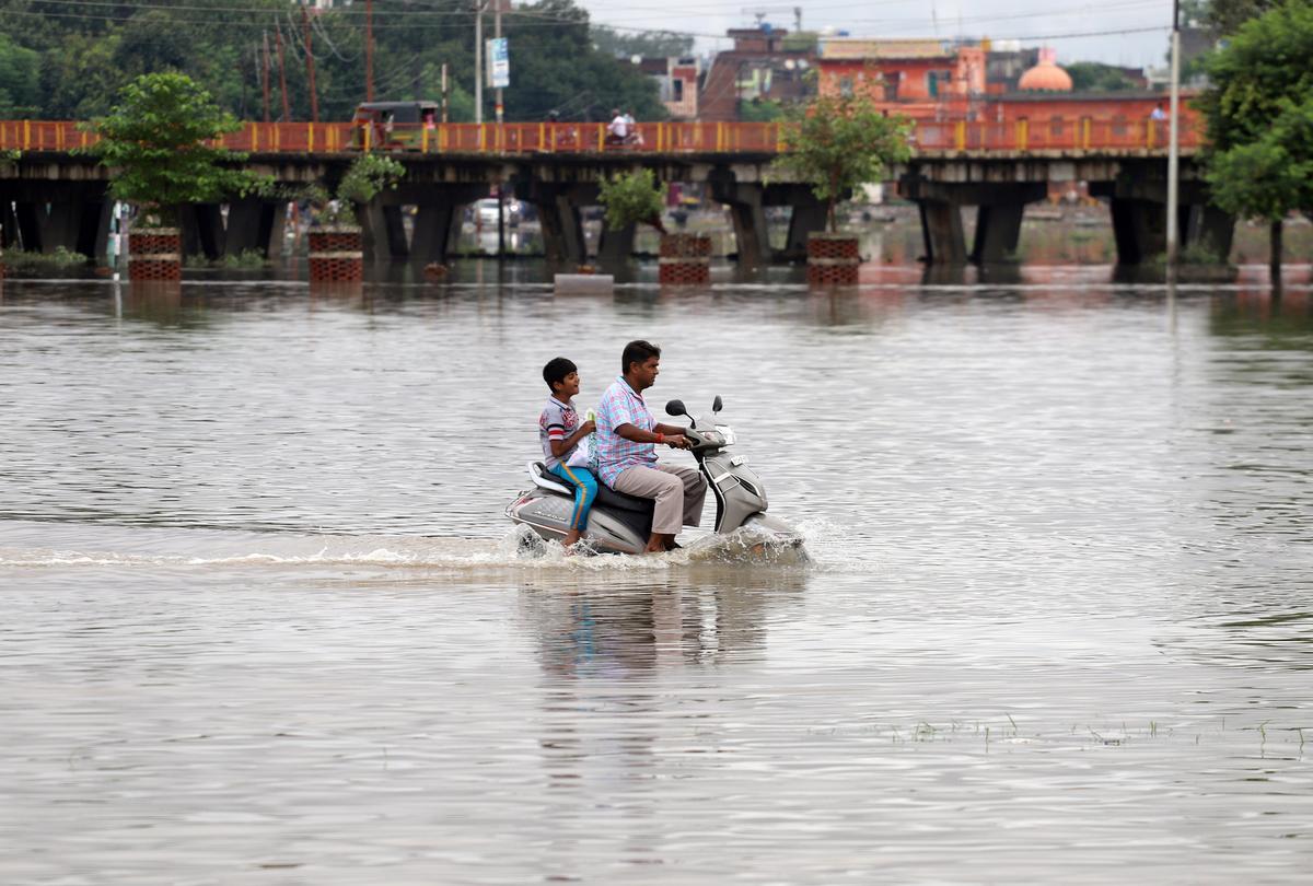 Oorstromings maak 113 in Noord-Indië dood in die laat gebreekte moeson, tronk, hospitaal onder water