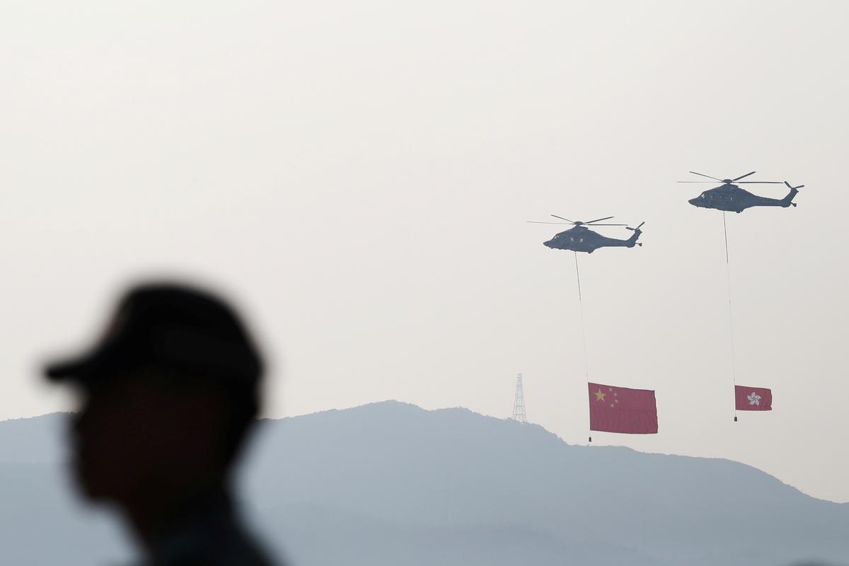 Barricades op, luike toe Hong Kong die verjaardag van die Kommunistiese China vier