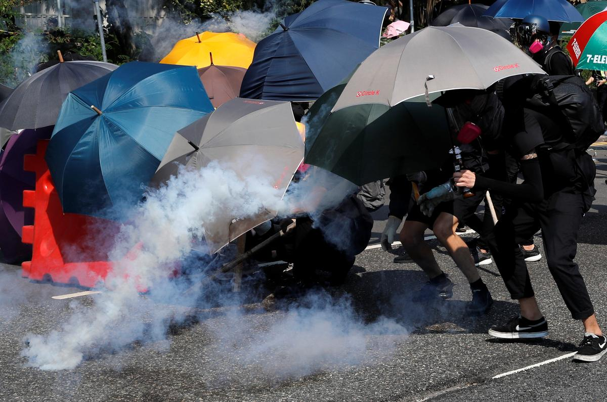 Die polisie in Hongkong vuur waterkanonne, traangas toe protes versprei het