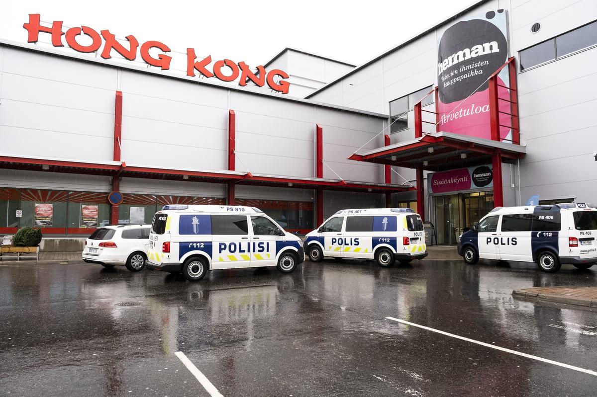Een is dood, 10 beseer in 'n sabelaanval by die Finse kollege