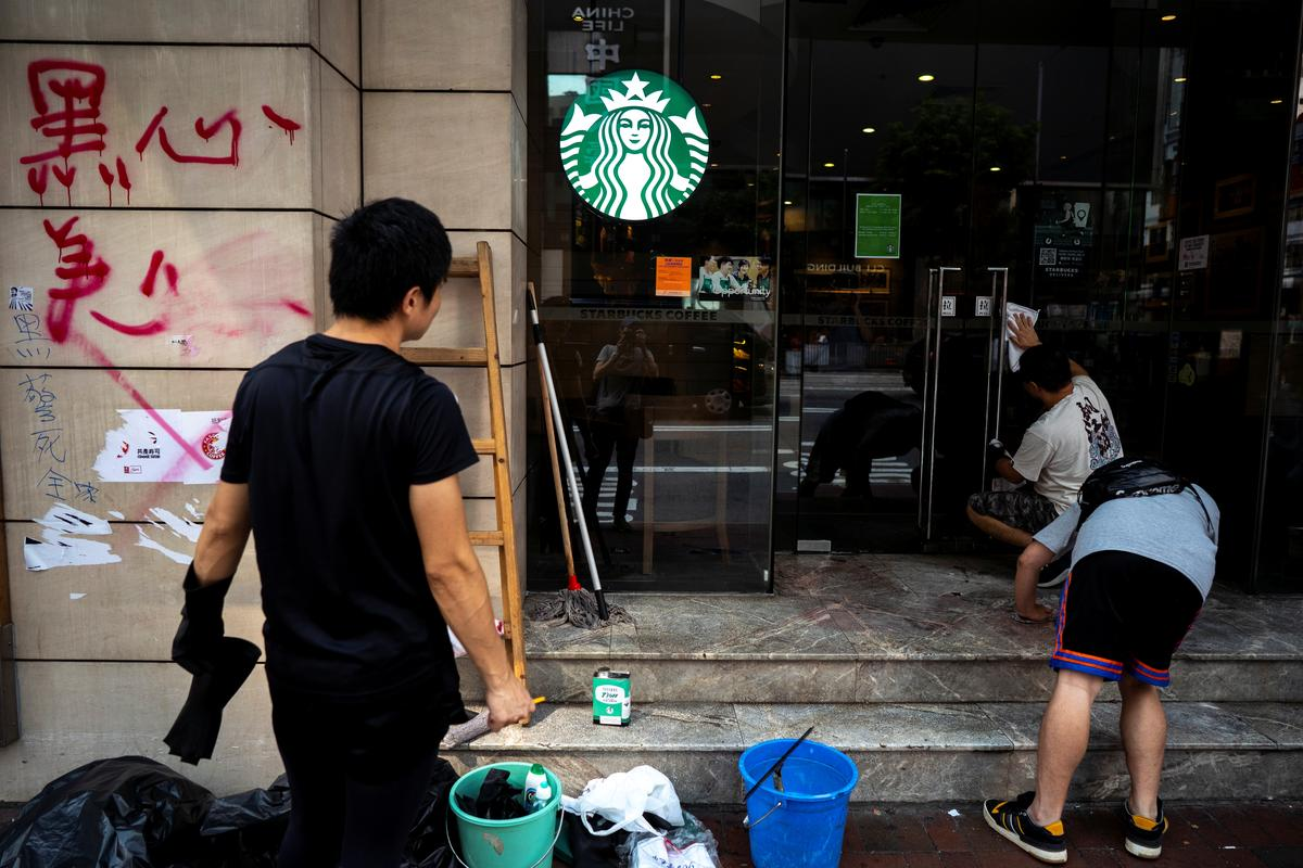 Hong Kong vaar op, draadjies vir nuwe betogings ná gewelddadigheid op die Nasionale Dag