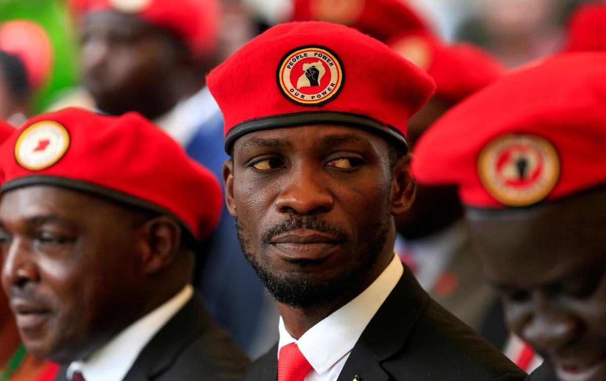 Uganda hou aanhangers van die presidensiële hoop oor verbode rooi barette