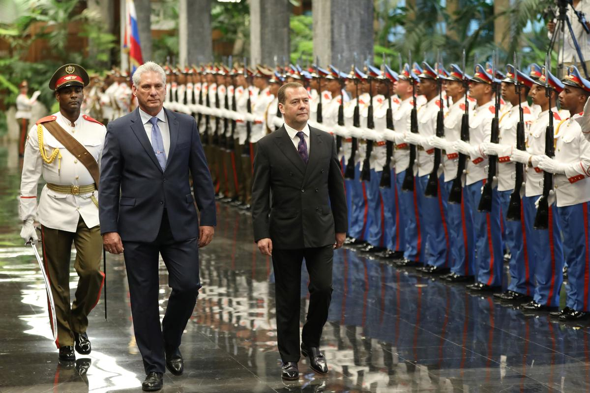 Rusland se Medwedef besoek Kuba ter ondersteuning van die Amerikaanse vyandigheid