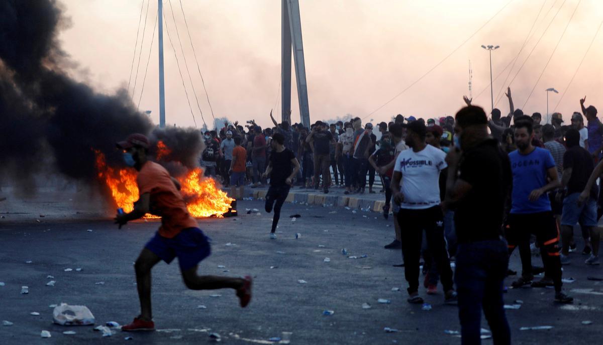 Redding deur tuk-tuk terwyl skerpskutters die dood in Bagdad se strate laat reën