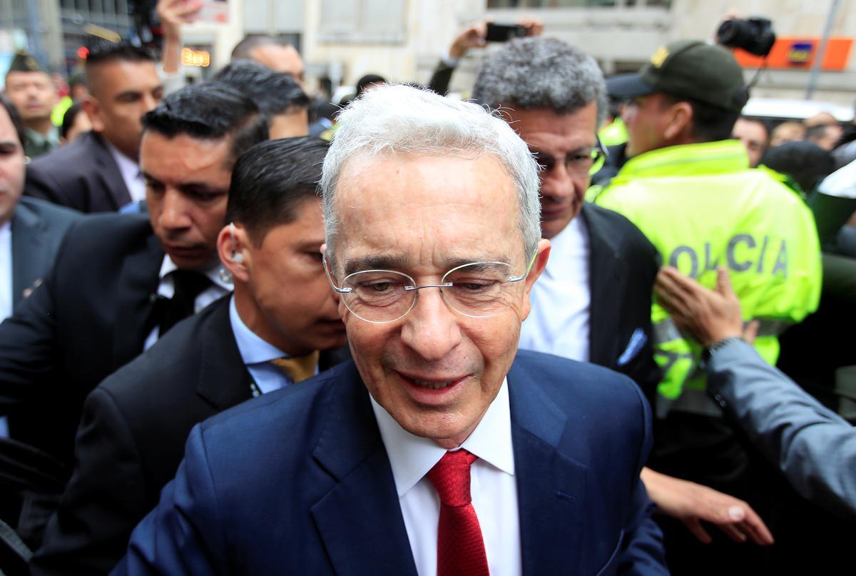 Voormalige Colombiaanse president getuig in die verontagsaming van getuies