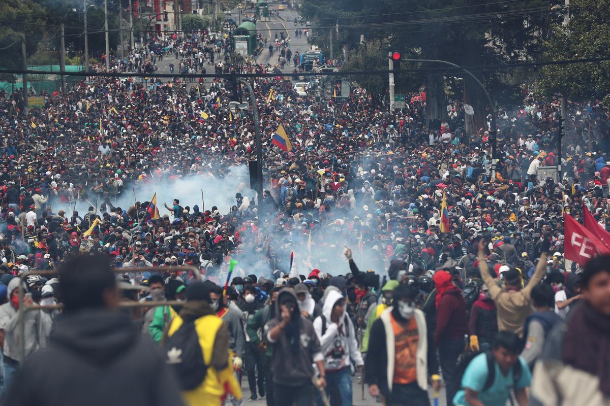 Protes getref Ecuador soek buitelandse hulp, hervestig die regering