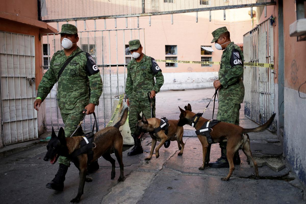 Polisie, honde soek berugte Mexikaanse gevangenis na klandestiene grafte