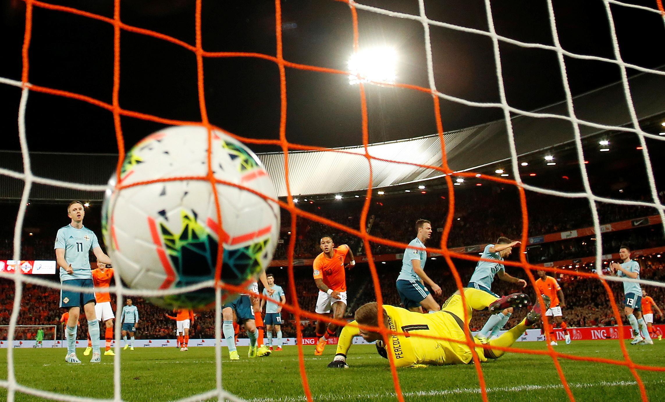 Dutch grab late goals to beat Northern Ireland 3-1