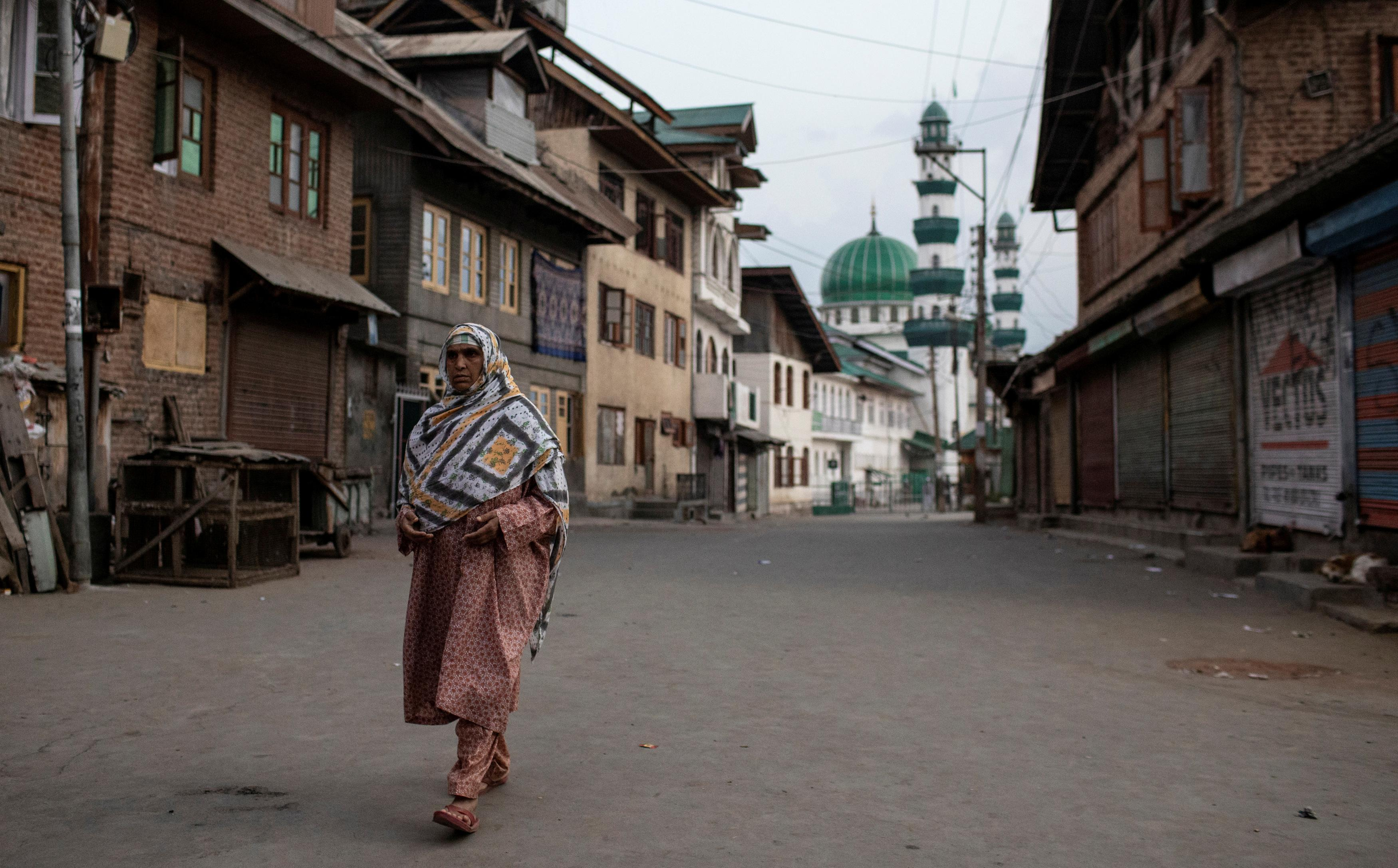 India set to partially restore mobile phone lines in Kashmir