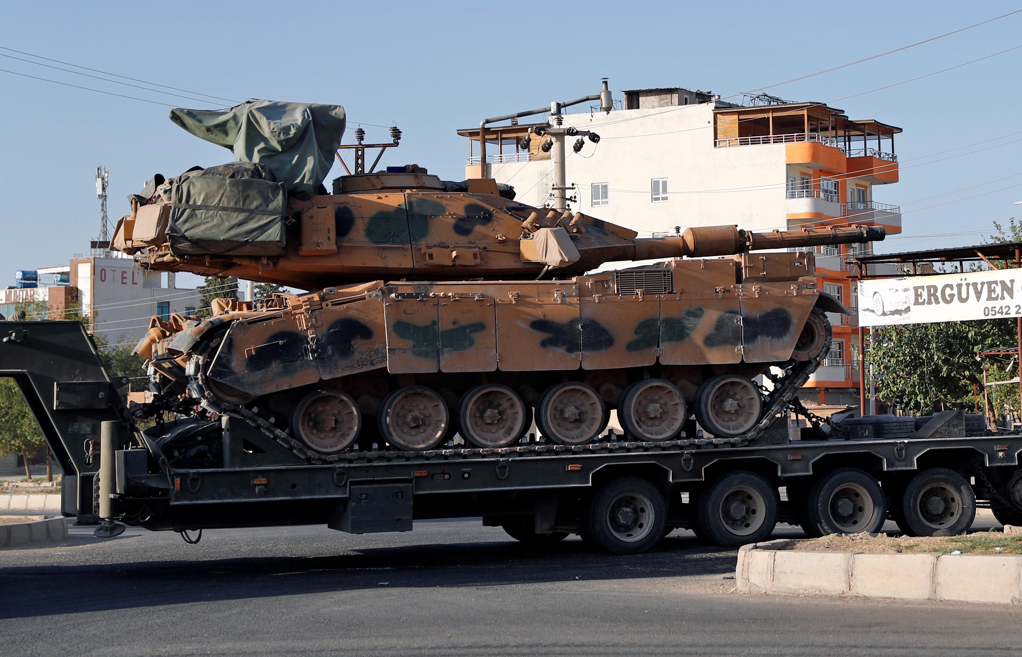Les forces turques avancent dans la ville frontalière syrienne, les combats font rage