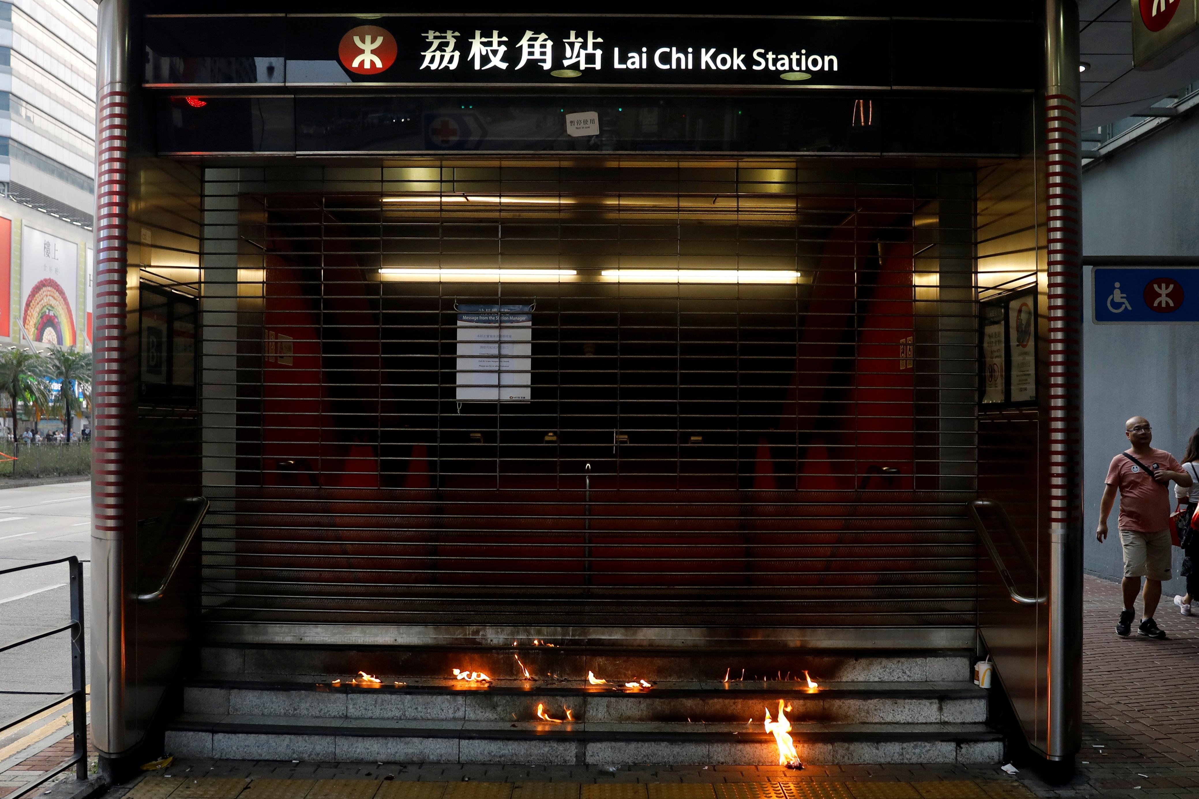 Des bombes d'essence lancées dans le métro de Hong Kong, les manifestants défient l'interdiction de masque facial