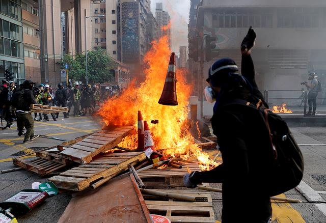 Anti-government demonstrators set a barricade on fire during a protest march in Hong Kong, China, October 20, 2019. REUTERS/Tyrone Siu
