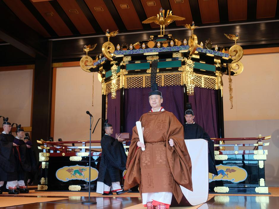 In Ancient Throne Ritual Japanese Emperor Vows To Fulfill Duty