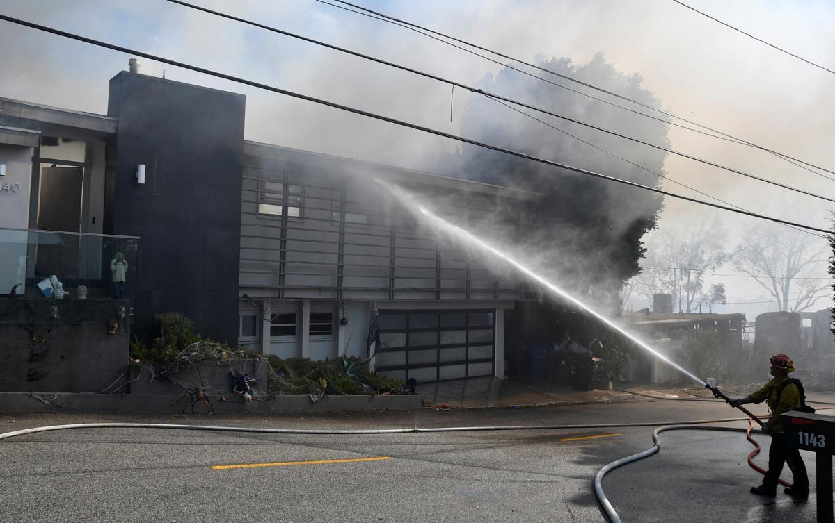 Hỏa hoạn đe dọa ngôi nhà của L.A khi ngọn lửa ở đất nước rượu vang California hoành hành