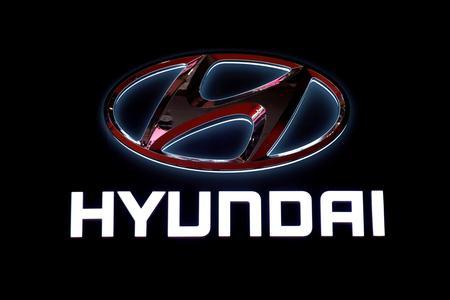 UPDATE 1-Hyundai to make Santa Cruz pickups at Alabama plant in $410 mln expansion