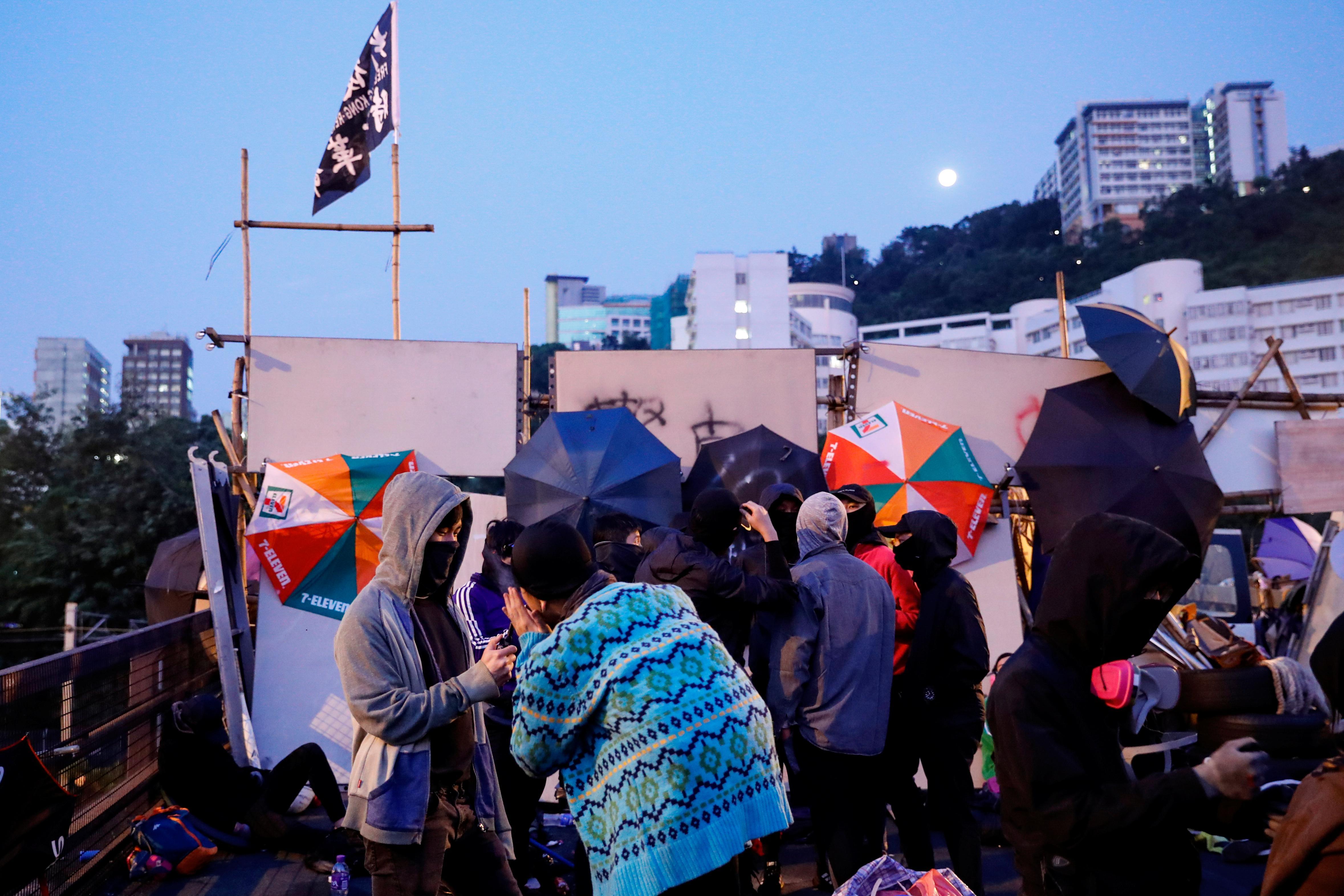 Des manifestations à l'échelle de la ville perturbent Hong Kong alors que les étudiants barricadent les campus