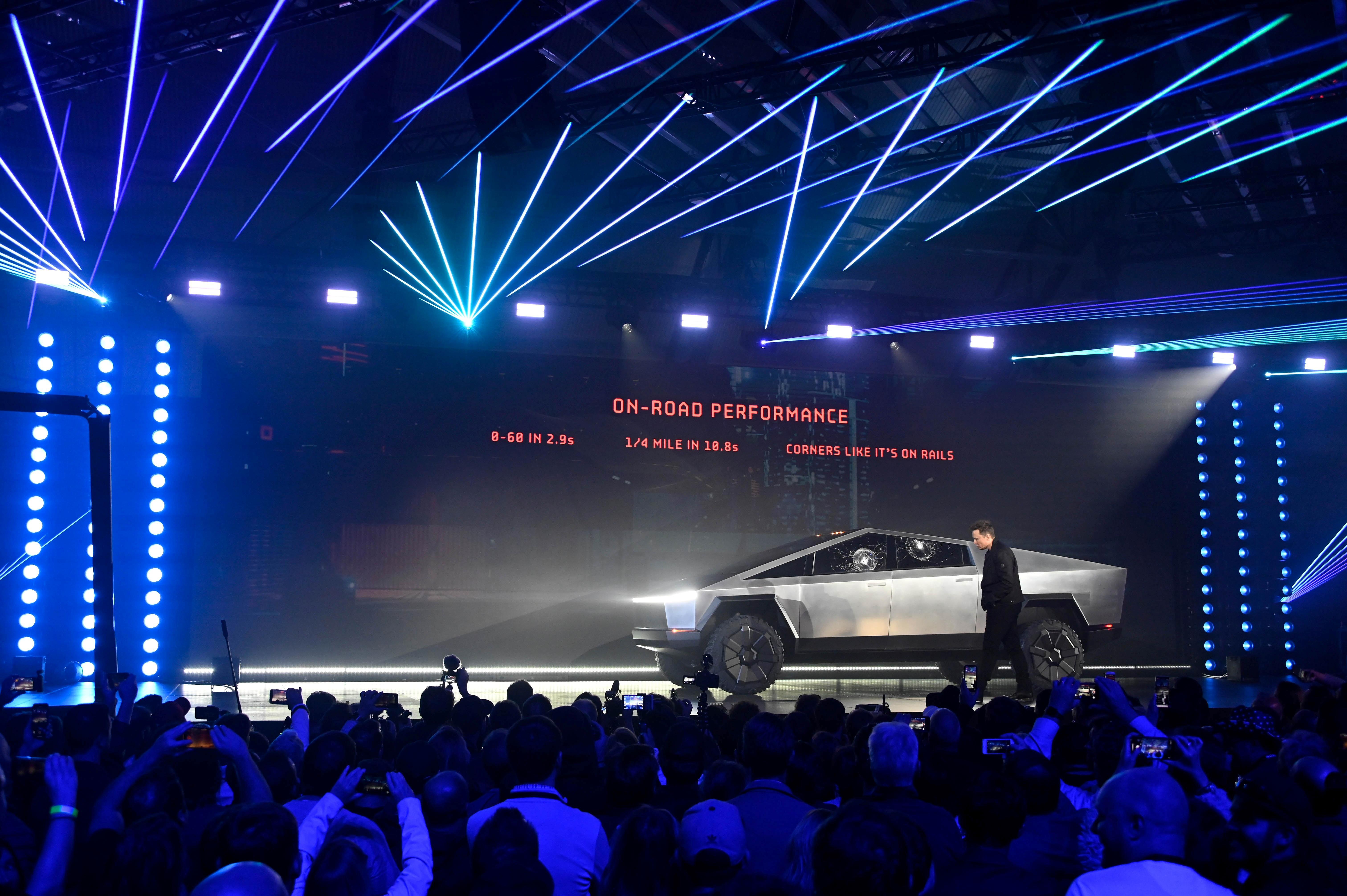 Verre brisé: le design futuriste mis en cause après le lancement de Tesla Cybertruck