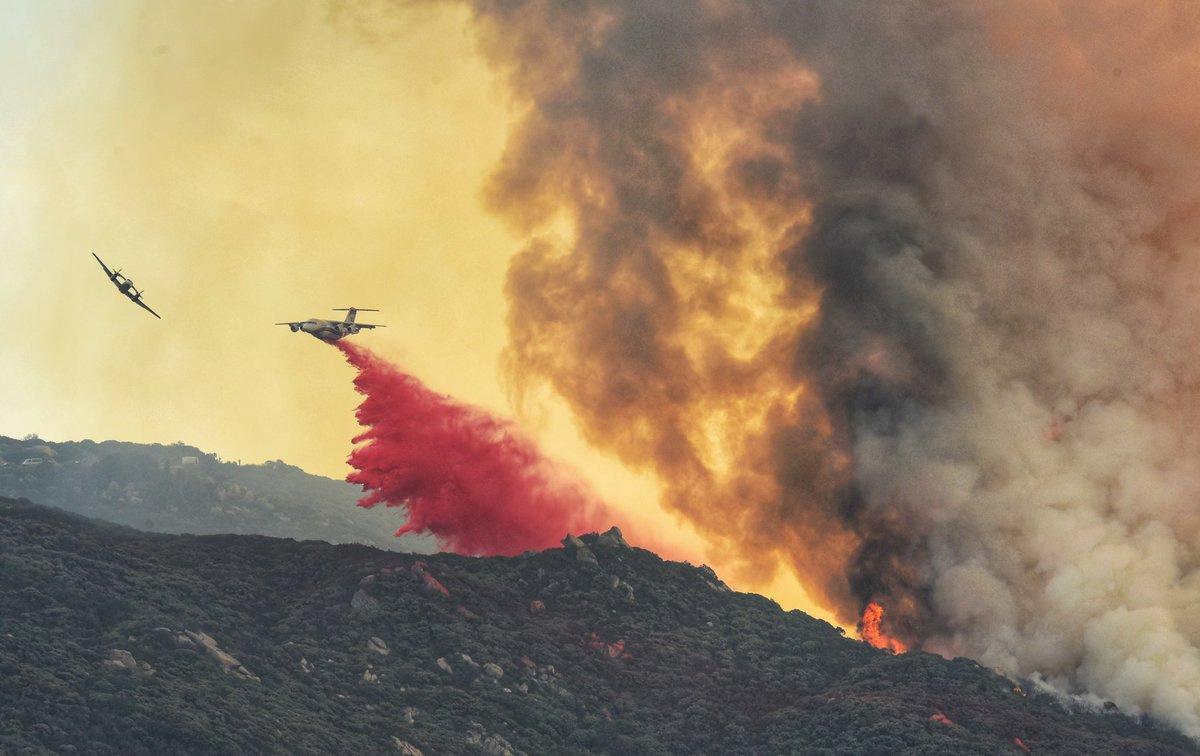 Un feu de forêt menace les maisons de la colline de Santa Barbara mais la pluie tombe