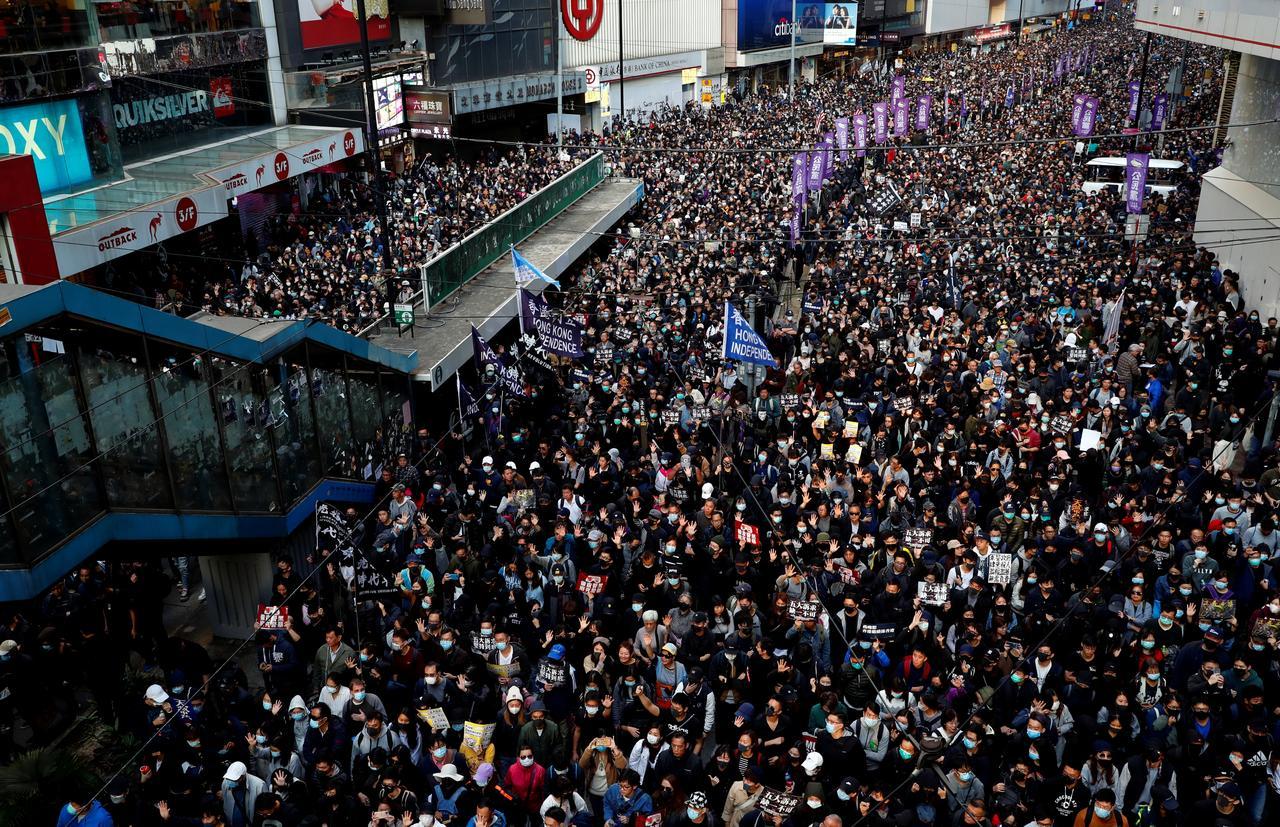 週末の香港デモ「総じて平和的」、一部で放火も=警察 - ロイター