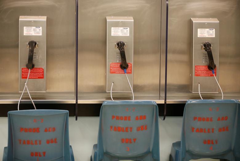 Se muestra una línea de teléfonos en una unidad de vivienda no utilizada durante un recorrido por los medios en el Centro de Procesamiento de Northwest ICE. REUTERS / Lindsey Wasson
