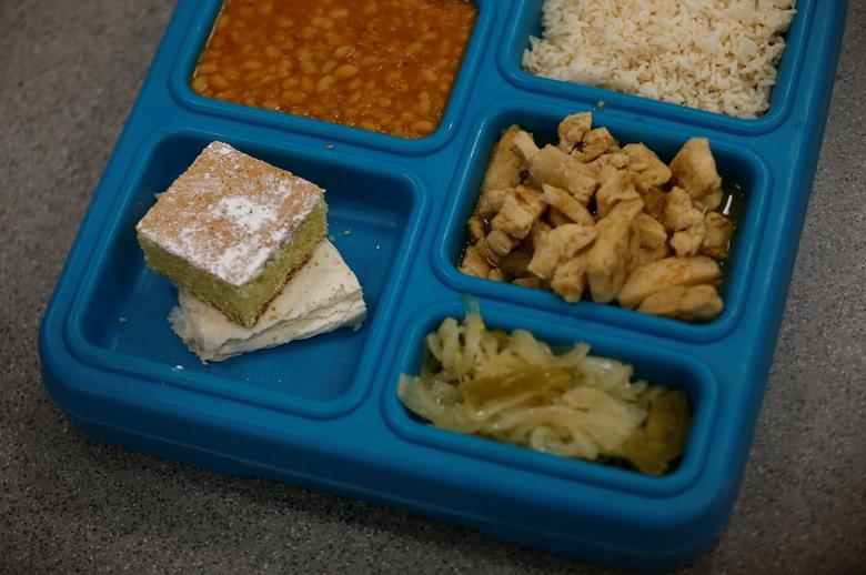 El arroz, los frijoles y el pollo se muestran en una bandeja de almuerzo durante un recorrido por los medios en el Centro de Procesamiento de Northwest ICE. REUTERS / Lindsey Wasson