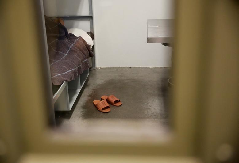 Un detenido yace en la cama en una celda de gestión especial durante una gira de medios en el Centro de Procesamiento de Northwest ICE. REUTERS / Lindsey Wasson