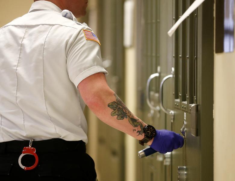Un oficial utiliza un dispositivo para registrar electrónicamente que las celdas de gestión especiales se han verificado visualmente durante un recorrido por los medios en el Centro de Procesamiento de Northwest ICE. REUTERS / Lindsey Wasson