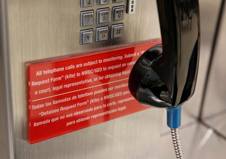 Un letrero indica que las llamadas telefónicas se pueden monitorear en una unidad de vivienda no utilizada durante un recorrido por los medios en el Centro de Procesamiento Northwest ICE. REUTERS / Lindsey Wasson
