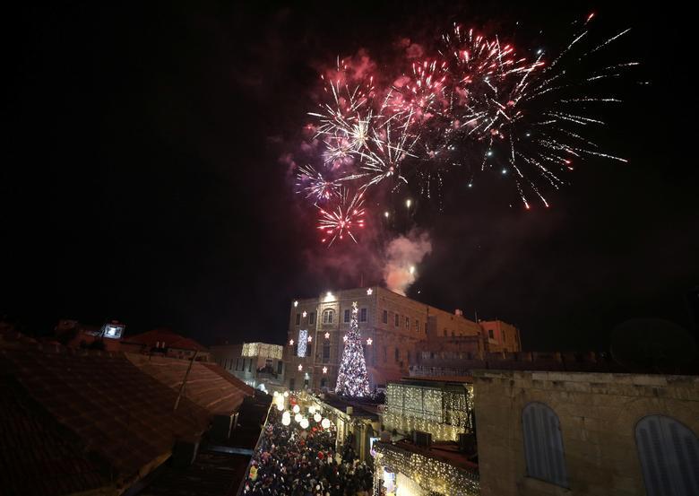 Los fuegos artificiales explotan durante una ceremonia de iluminación de árboles de Navidad en la Ciudad Vieja de Jerusalén el 14 de diciembre de 2019. REUTERS / Ammar Awad