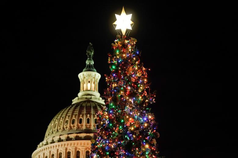 El árbol de Navidad del Capitolio de EE. UU., Cosechado del Bosque Nacional Carson en Nuevo México, se enciende en Capitol Hill en Washington, el 4 de diciembre de 2019. REUTERS / Joshua Roberts