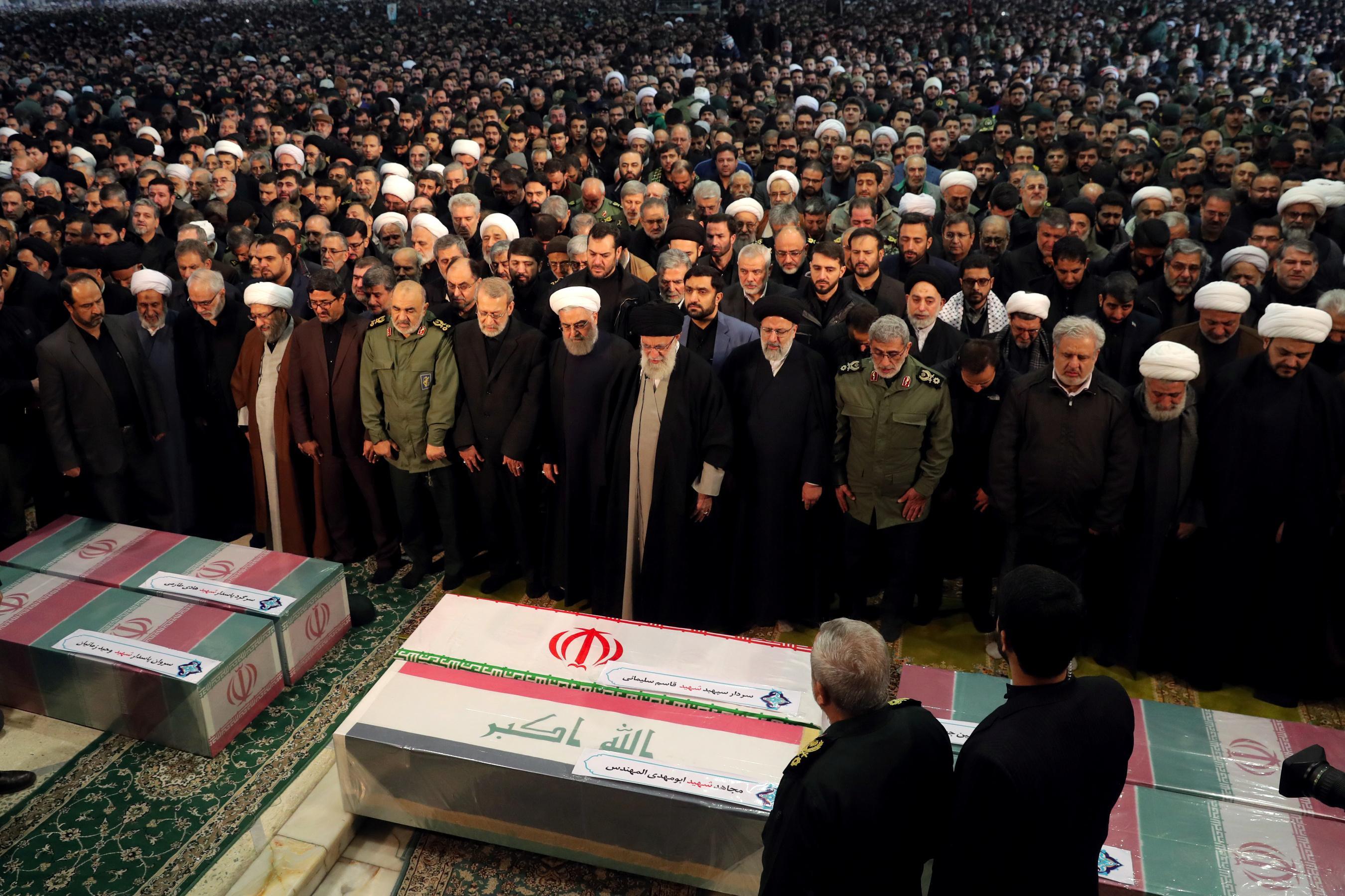 Le chef suprême pleure alors qu'une vaste foule pleure le général assassiné à Téhéran