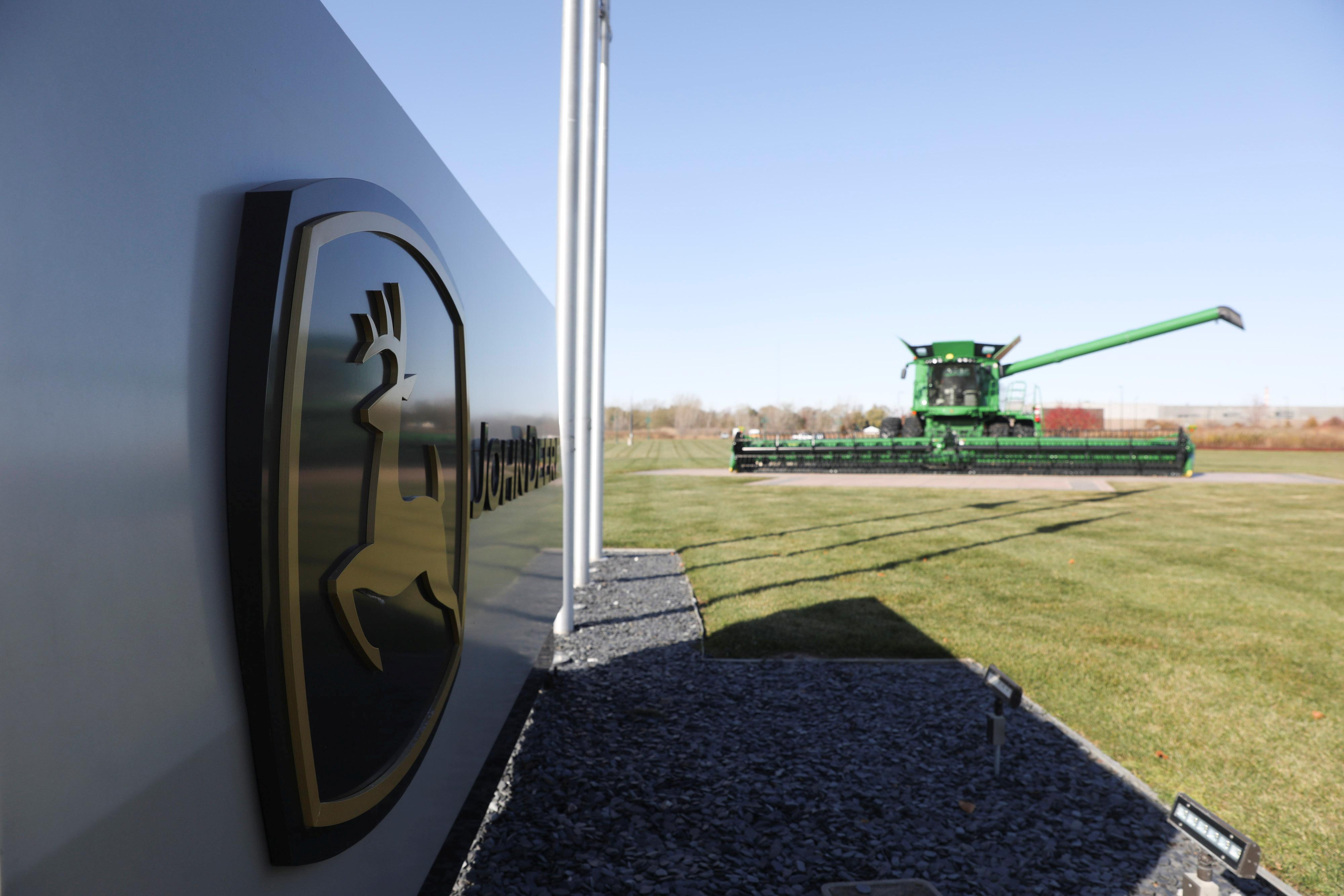 Deere bets on cost cuts, services push to boost profits