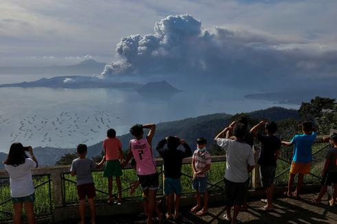 Rumbling volcano shuts down Philippine capital