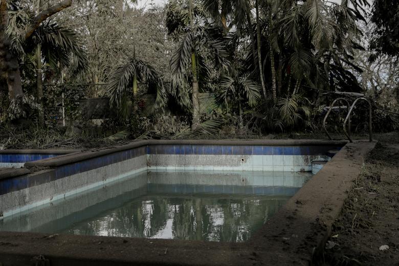 Una piscina está llena de cenizas volcánicas y ramas caídas en un parque cerrado en la ciudad de Tagaytay, Filipinas, el 14 de enero. REUTERS / Eloisa Lopez