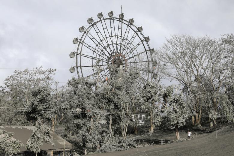 Una rueda de la fortuna está cubierta de cenizas volcánicas en un parque en la ciudad de Tagaytay, Filipinas, el 14 de enero. REUTERS / Eloisa Lopez
