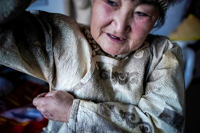 China's 'mermaid descendants' craft garments from fish skin