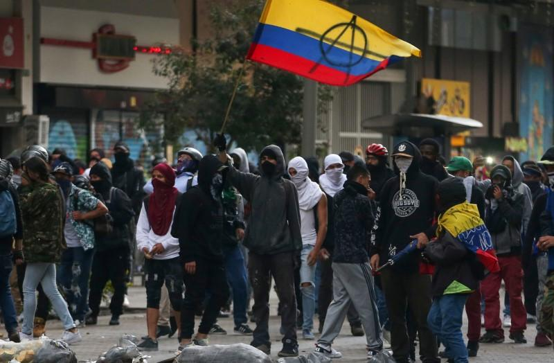 Police clash with some protesters in renewal of Colombia...