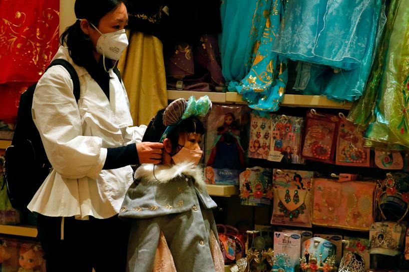 Hong Kong bans entry of visitors from China virus province