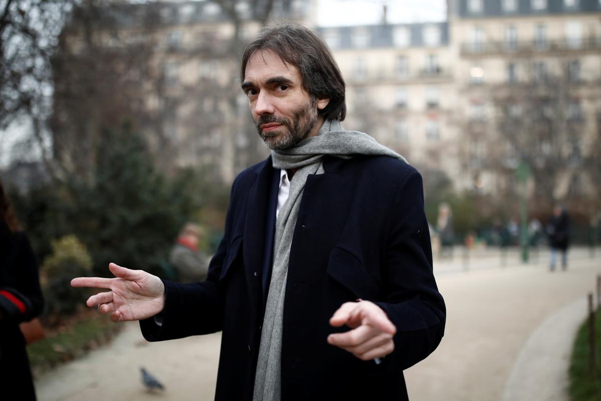 The man with the spider brooch who could cost Macron Paris