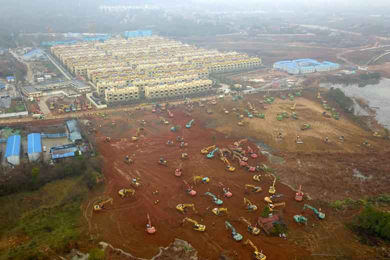 Se ven excavadoras y excavadoras en el sitio de construcción donde se está construyendo un nuevo hospital para tratar a pacientes de un nuevo coronavirus, en las afueras de Wuhan, China, el 24 de enero de 2020. cnsphoto vía REUTERS.