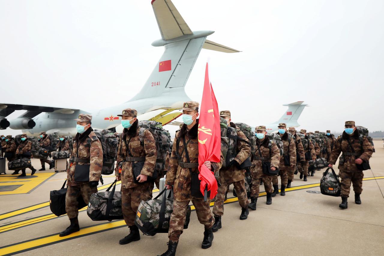 Aviones de la Fuerza Aérea del Ejército Popular de Liberación de China (PLA) llegan al aeropuerto internacional de Wuhan Tianhe con personal médico y suministros para ayudar a combatir el brote del nuevo coronavirus en Wuhan, provincia de Hubei, China, 2 de febrero de 2020. China Daily