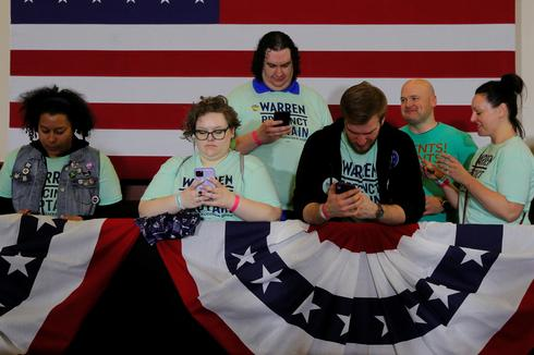 Chaotic start to Democratic race as Iowa caucus results delayed
