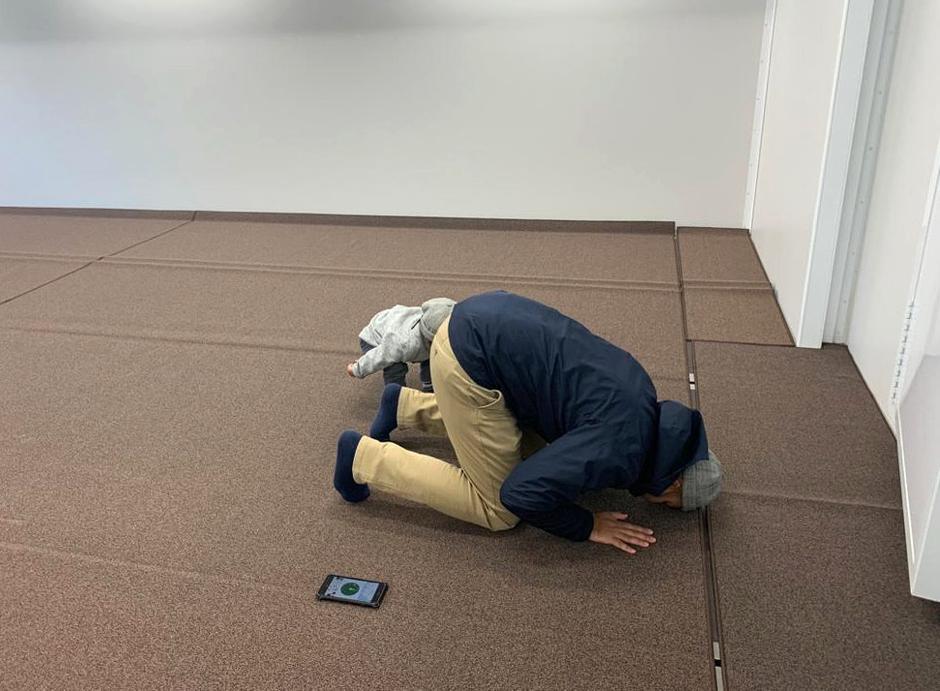 رجل يصلي داخل المسجد المتنقل في طوكيو | عبر رويترز