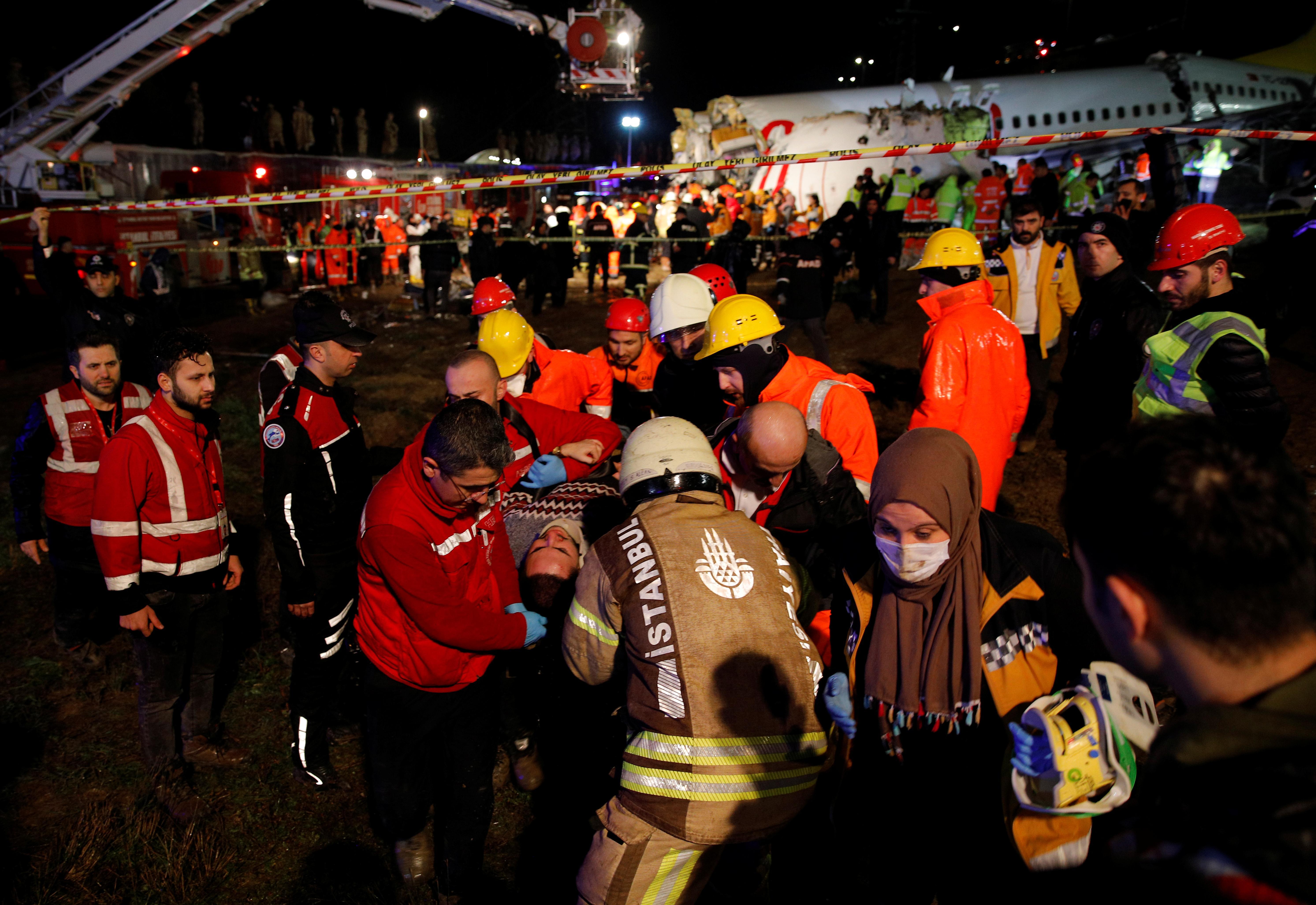 Un avion dérape sur la piste d'Istanbul, faisant trois morts et 179 blessés