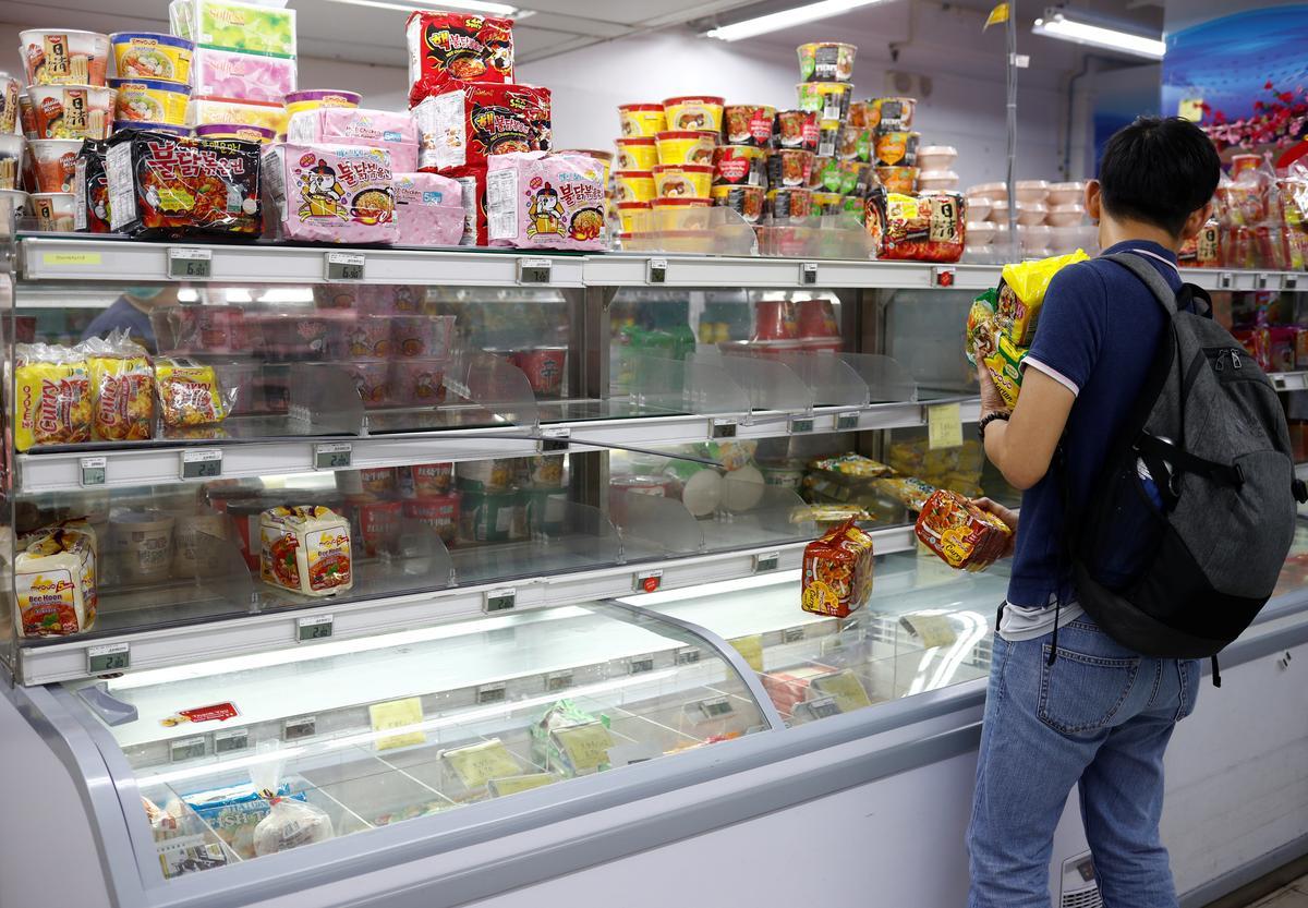 Singapore lifts virus alert to SARS level, sparking panic buying