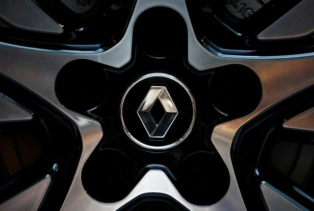The logo of French carmaker Renault is seen before the company's 2019 annual results presentation at their headquarters in Boulogne-Billancourt, near Paris, France, February 14, 2020.  REUTERS/Gonzalo Fuentes